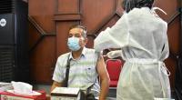 Salahbseorang Lansia tengah mengikuti program vaksinasi yang digelar Semen Padang di GSG Semen Padang, Rabu (19/5/2021)