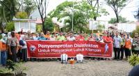 Tim Reaksi Cepat (TRC) Semen Padang yang akan melakukan penyemprotan disingektan foto bersama di halaman Kantor Camat Lubuk Kilangan.