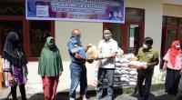 Kepala Unit CSR Semen Padang Muhamad Ikrar (kanan) menyerahkan bantuan sembako secara simbolis kepada warga terdampak Covid-19