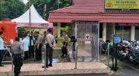 Bilik sterilisasi dan tandon air bersih yang dilengkapi dengan alat pencuci tangan di Mapolresta Padang. Setiap personil polri dan tamu yang datang ke Mapolresta apadang wajib memasuki bilik sterilisasi dan mencuci tangan.