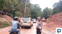 Satlantas Polres Lima Puluh Kota saat mengatur lalin di lokasi longsor yang terjadi di Jorong Aia Putiah