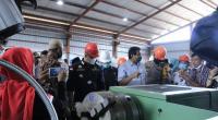 Bupati Dharmasraya Sutan Riska Tuanku Kerajaan dan lainnya melihat lansung proses produksi di IKM Logam Dharmasraya.