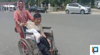 Asral bersama ibunya terlihat tersenyum bahagia setelah mendapatkan bantuan kursi roda dari seorang wartawan
