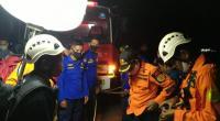Proses evakuasi korban yang jatuh dari Fly Over Kelok Sembilan.