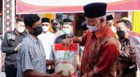 Gubernur Sumbar Mahyeldi Ansharullah saat menyerahkan Bansos di Agam