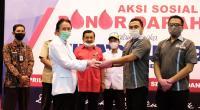 Ketua Umum Serikat Pekerja Semen Padang Faisal Arif (dua dari kanan) menyerahkan kantong darah dari pendonor kepada Ketua UTD PMI Kota Padang  dr. Widyarman
