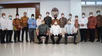 Sembilan kepala daerah di Sumbar bersama anggota DPR RI asal Sumbar Andre Rosiade, foto bersama dengan Menteri Kelauan dan Perikanan Sakti Wahyu Trenggono  di Kantor Kementerian Kelautan dan Perikanan, Senin (12/4/2021).
