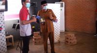 Penyerahan Cenderamata dari Kacab JNE Padang kepada Walikota Padang