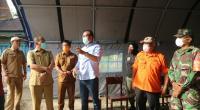 Plt Bupati Solsel Abdul Rahman (baju putih) Saat meninjau Pos Di perbatasan Solok Selatan