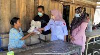 Tim Gerindra Sumbar menyerahkan bantaun uang tunai dan sembako dari anggota DPR RI Andre Rosiade kepada Ermita di Kampung Tangah, Kuranji, Kota Padang.