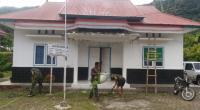 Personel TMMD ke 109 saat membersihkan gedung penyuluhan KB sebagai tempat tinggal sementara