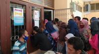 Wali murid mendatangi posko PPDB Sumbar untuk menanyakan langsung kelulusan anak mereka
