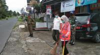 Pelanggar Perda AKB yang diberi sanksi kerja sosial membersihkan tempat fasilitas umum