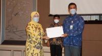 Direktur Jenderal Pembinaan Pengawasan Ketenagakerjaan dan Keselamatan dan Kesehatan Kerja Haiyani Rumondang menyerahkan petikan kepres kepada Direktur Utama BPJamsostek Anggoro Eko Cahyo.