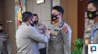 Penyematan Pin Emas Kapolri Oleh Kapolda Sumbar Irjen Pol Toni Harmanto