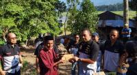 Teks foto : Sekretaris Teruci Chaprendang Sumbar Zulfitri Catra menyerahkan langsung bantuan kepada korban tanah longsor.