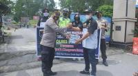 Iptu Safrul Yadi menerima secara simbolis  masker dari kumendan Teruci Chaprendang Sumbar Dedy Satria Asmon