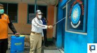 Bupati Irfendi Arbi saat lakukan penyemprotan disinfektan di Kawasan Eks Kantor Bupati Lama
