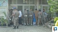 Personel Satpol PP Padang berdempetan saat menyerahkan urine untuk dites