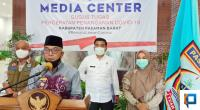 Bupati Pasaman Barat, Yulianto saat jumpa pers menyampaikan update warga positif corona