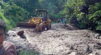 Alat berat sedang membersihkan material longsor di Kecamatan Batipuh Selatan Tanah Datar