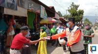 Bupati Irfendi Arbi saat membagikan masker kepada warga Lima Puluh Kota