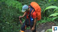 Pendaki Senior Sumbar Jhoni Masrul Saat Mendaki