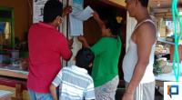 Perangkat Nagari Situjuah Batua saat menempelkan nama-nama penerima BLT di Warung Kopi