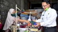 Indra Catri mengunjungi UMKM yang memproduksi masker