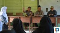 Kepala Pelaksana Harian UPZ Baznas Semen Padang Muhammad Arif bersama Kanit Bimas dan beberapa da'i di Mentawai saat sosialisasi bahaya narkoba di MTsS Ruhama Pasapuat.
