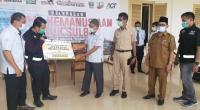 Kepala Pelaksana Harian UPZ Baznas Semen Padang Muhammad Arif (empat dari kanan) menyerahkan secara simbolis bantuan beras Anak Daro Solok sebanyak 3,5 ton kepada Head Of Marketing Aksi Cepat Tanggap (ACT) Sumbar Tengku Muhammad Deska Kurniawan.
