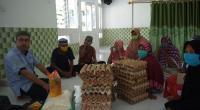 Kepala Pelaksana Harian UPZ Baznas Semen Padang Muhammad Arif (kiri) bersama sejumlah jompo dan janda tua saat penyerahan bantuan sembako beberapa waktu lalu.