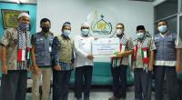 Sekretaris Umum UPZ Baznas Semen Padang Iskandar Samudra Taqwa (tiga dari kanan) menyerahkan bantuan kepada Koordinator KNRP Wilayah Sumbar Army Kurniawan, LC (empat dari kiri), Jumat (11/6/2021)