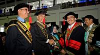 Rektor Unand Prof. Yuliandri menyerahkan ijazah kepada salah seorang wisudawan, Kamis, 21 Februari 2020 di Auditorium Unand.