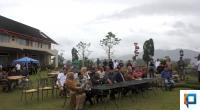 Duta besar dan sejumlah tokoh bersantai di taman sebelum dilaksanakannya malam persahabatan di Rumah Budaya Fadli Zon, Minggu (8/3/2020)