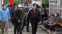 Wako Solok, H. Zul Elfian dan Wawako, Dr. Ramadhani Kirana Putra meninjau gebyar vaksin di klinik Tumbuh Kembang, Kota Solok