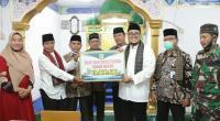 Wabup Richi didampingi Kepala BPJS Kesehatan Syafrudin menyerahkan bantuan pembangunan kepada pengurus Masjid Istiqomah Simawang