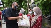 Andre Rosiade membagikan sembako untuk warga Banuaran Nan XX, Lubukbegalung, Kota Padang.