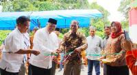 Walikota Solok Zul Elfian bersama pimpinan DPRD Efriyon Coneng meresmikan pos ronda perumahan Griya Ampang Kualo