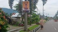 Salah satu poster atau baliho yang terpajang di pohon pelindung di Jalan Lubuk Sikaping