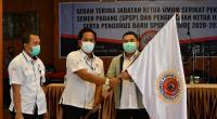 Faisal Arif (kanan) menerima bendera Serikat Pekerja Semen Padang usai dikukuhkan sebagai Ketua Umum Serikat Pekerja Semen Padang di Wisma Indarung.
