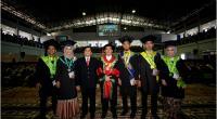 Rektor Unand Prof Yuliandri bersama wisudawan/ti
