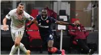 Penyerang AC Milan, Zlatan Ibrahimovic (kiri) berduel dengan gelandang Red Star, Sekou Sanogo dalam laga leg kedua babak 32 besar Liga Europa (Milan vs Red Star) di San Siro, Milan, Jumat (26/2/2021) dini hari WIB