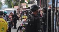 Pasukan Brimob mengawal tim penyidik Polda Metro Jaya untuk memberikan surat pemanggilan kepada pentolan FPI Habib Rizieq Shihab di Petamburan, Jakarta Pusat, Rabu (2/12/2020) sore.