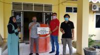 Comrel Coordinator PT SBA  Adi Munardi dan Comrel Officer PT SBA Teungku Helmi menyerahkan bantuan tangki air kepada Sekretaris Camat Leupung, Ikhsan Hasyem di Kantor Camat Kecamatan Leupung, Kamis, 16 April 2020.