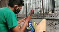 Muhammad Iqbal sedang membuat metal jig di rumahnya.