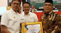 Bupati Pasaman Barat, Yulianto saat menerima penghargaan dari Gubernur Sumbar di Hotel Pangeran Beach Padang