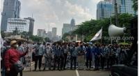 Ratusan mahasiswa saat menggelar aksi protes UU Cipta Kerja di kawasan Patung Kuda, Jakpus