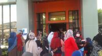 Warga berkerumun menerima bantuan di Kantor Lurah Pulai Anak Aia Bukittinggi.