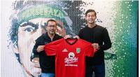 Pelatih Aji Santoso bersama kiper baru Persebaya Surabaya Satria Tama